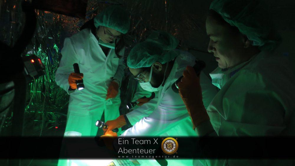 Wissenschaftler im Zombie-Labor